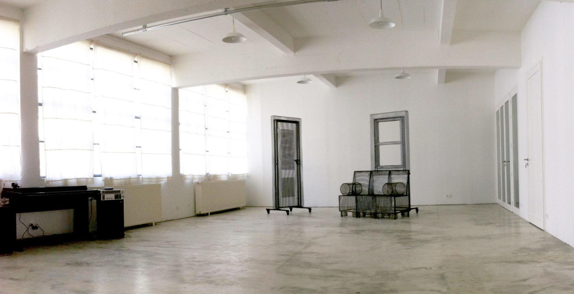 Salle avec décors sur fond nu